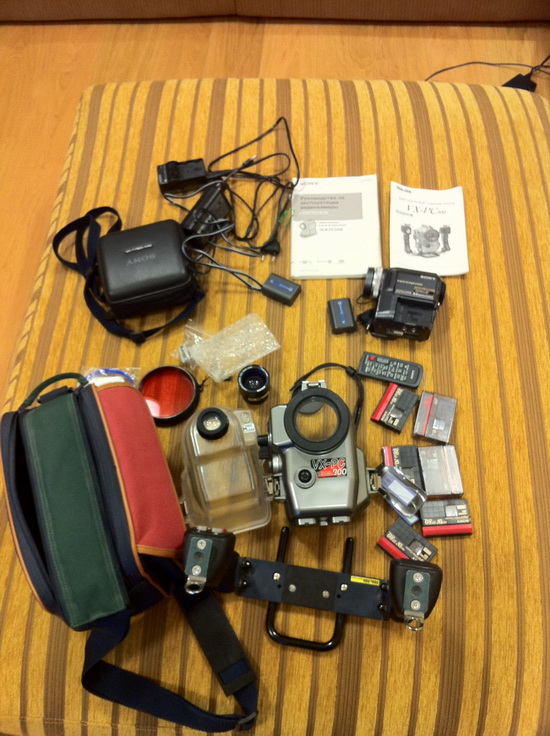 Selling the camera Sony Handycam DCR-PC330E WITH Underwater housing SEA & SEA VX-PC300